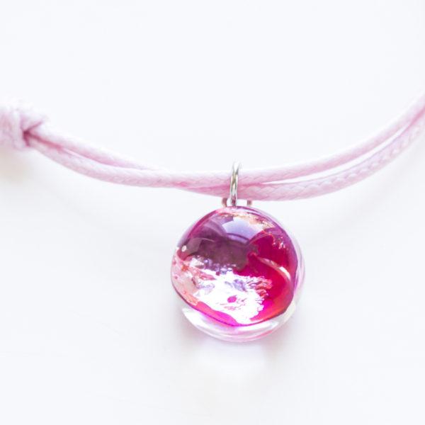 Bransoletka sznurkowa z płatkiem róży różowa