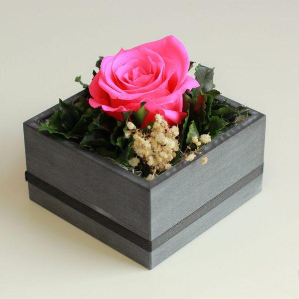 Różowa róża w kompozycji kwiatowej specjal