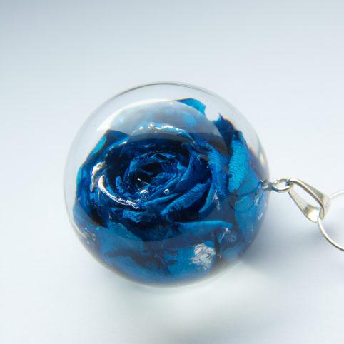 Granatowy naszyjnik z wieczną różą