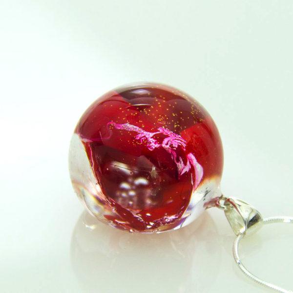 Czerwony naszyjnik z płatkami róży