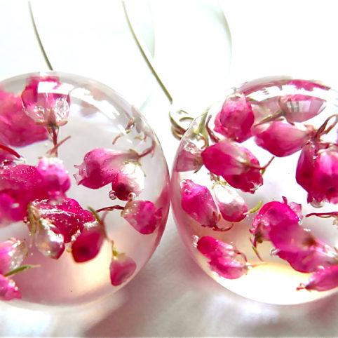 kolczyki artystyczne z zatopionymi kwiatami w żywicy